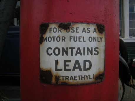 1280px-Gas_pump_lead_warning